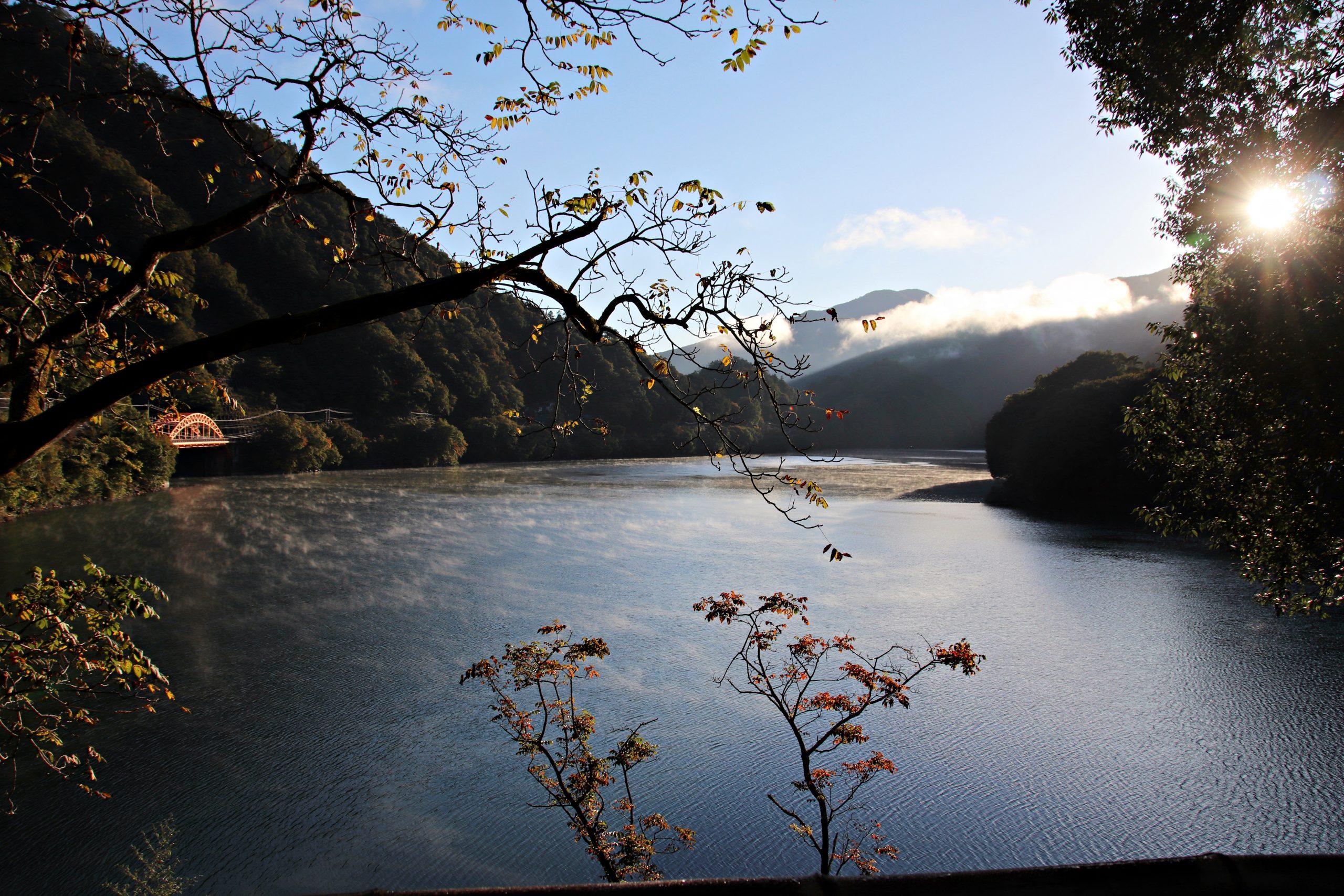 寒さで気温が下がって湯気が立つ奥多摩湖
