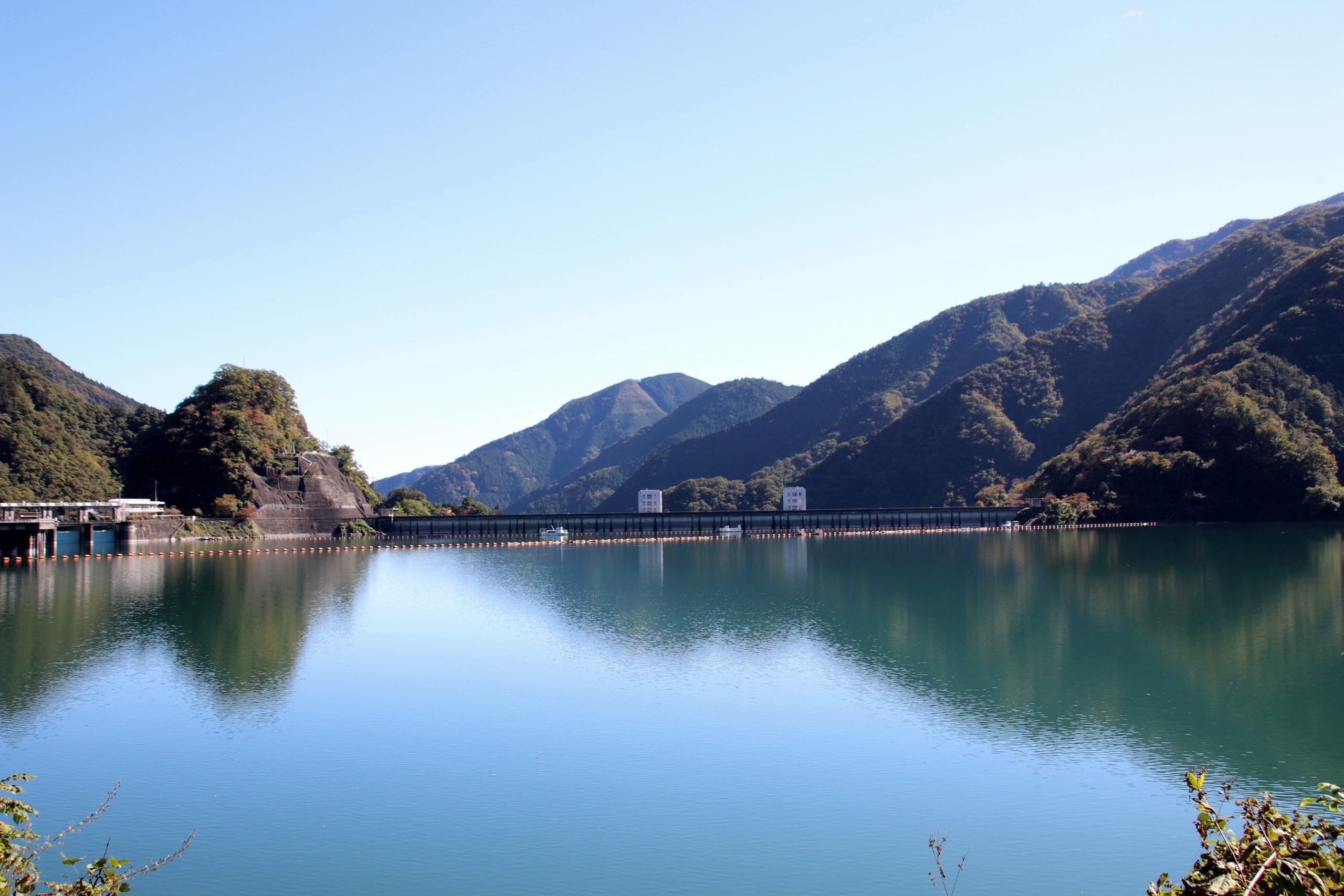 湖面に鏡にのように色づく奥多摩湖