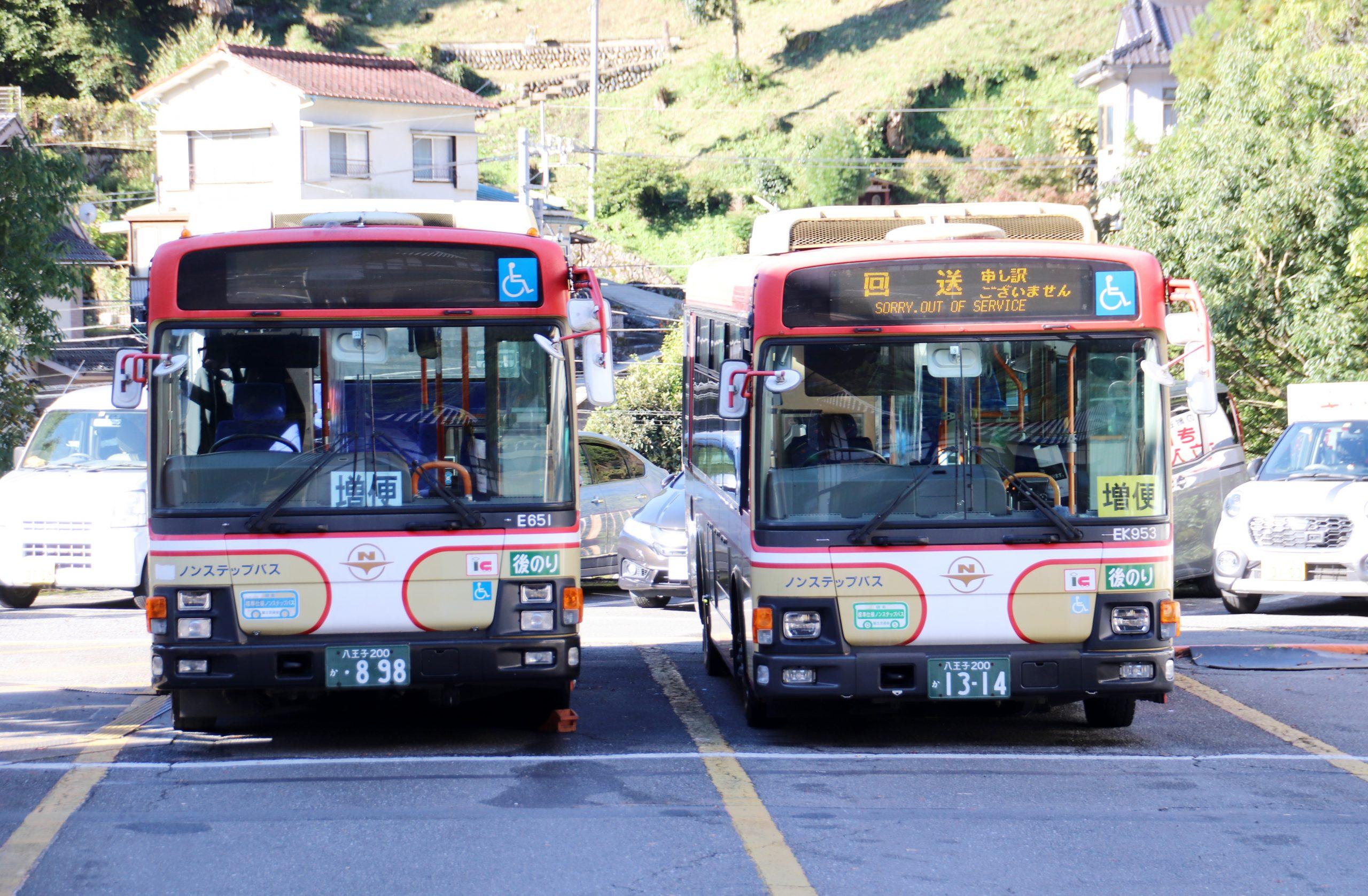 紅葉・登山シーズン到来!奥多摩駅前バス停は早朝から混雑!