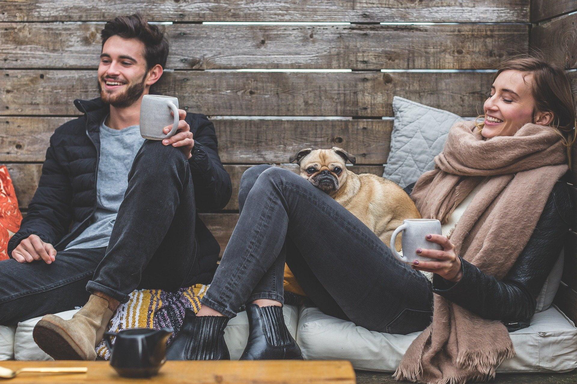 笑っている男女と犬