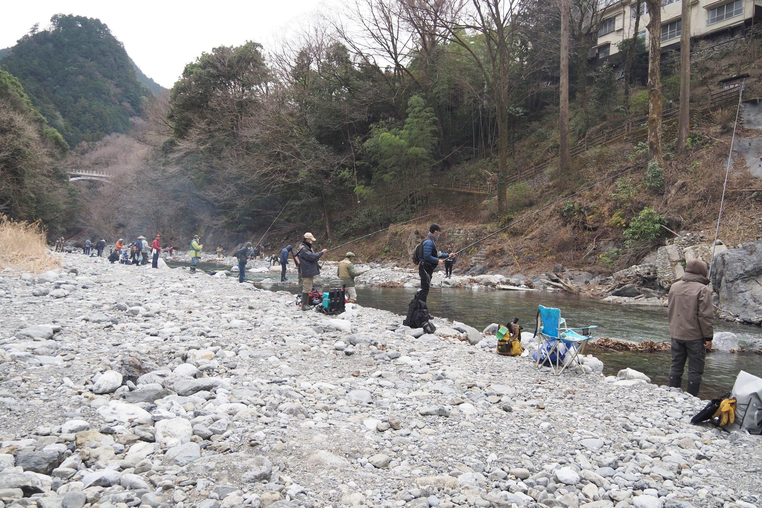 日原川で釣りを楽しむ人たち
