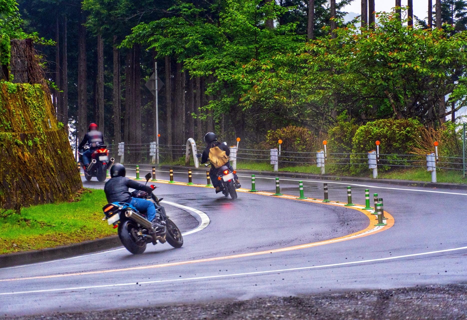 奥多摩周遊道路を走るバイク