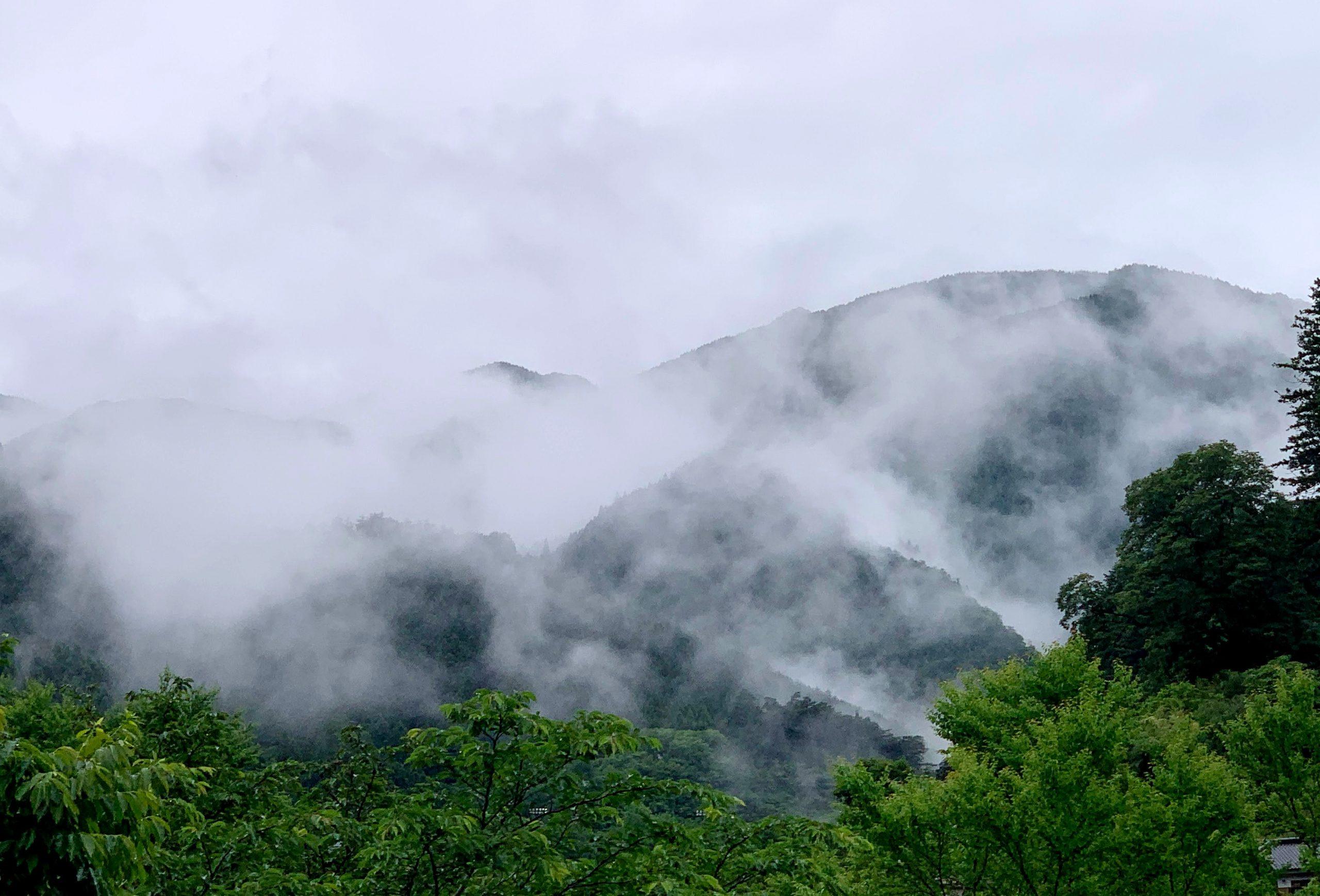 雲に覆われた奥多摩湖